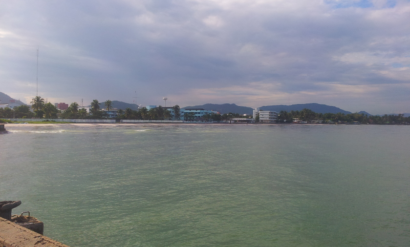 вид с пирса на пляж Хуахина