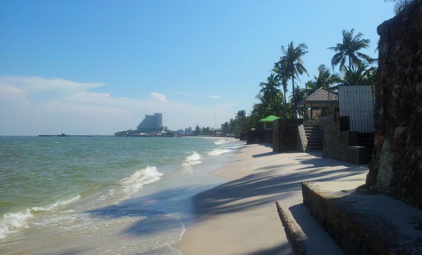 пляж Хуахина - слева от пирса