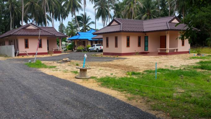 Эти дома тоже сдаются недалеко от пляжа Маенам. 15000 бат в месяц. Дом большой.