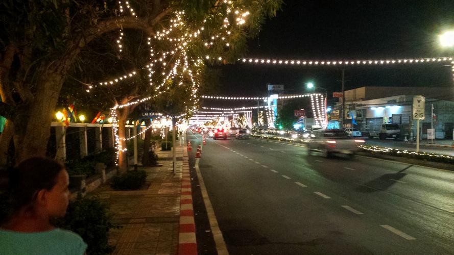 вечерняя подсветка рядом с королевской резиденцией Хуахина