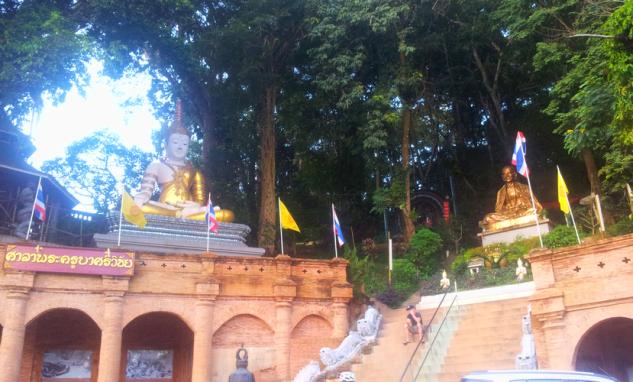 Будда около храма Дой Сутеп