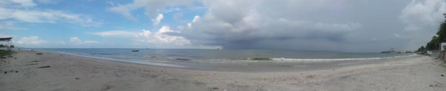 небольшой пляжик прямо рядом с королевской резиденцией. Погода не балует.