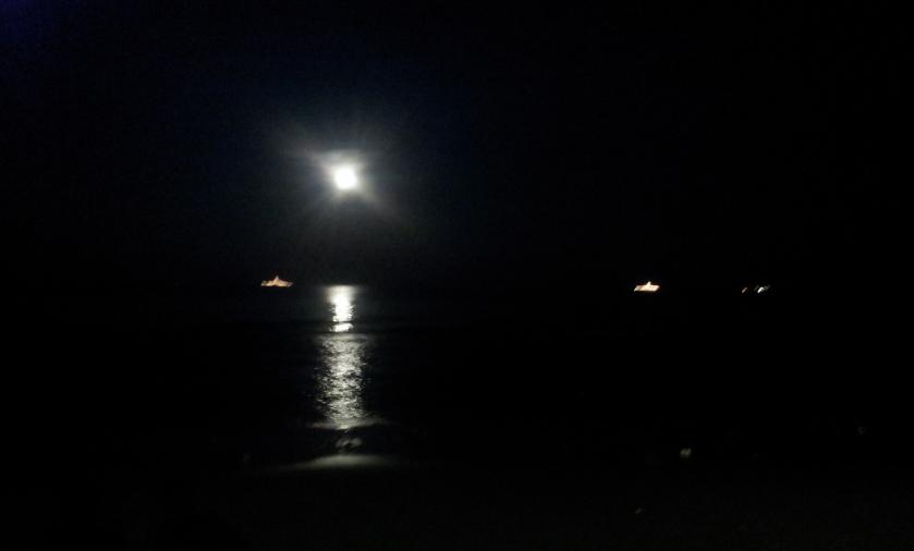 военные корабли, полнолуние, море и необыкновенно большой отлив, ночной Хуахин