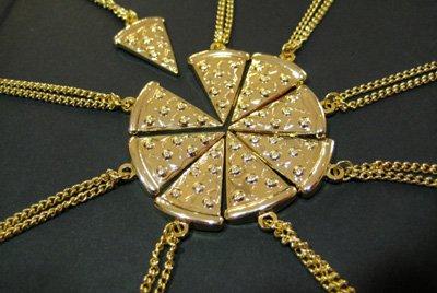 кулон в виде пиццы